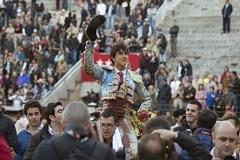 Roca Rey em ombros pela Porta Grande em Madrid