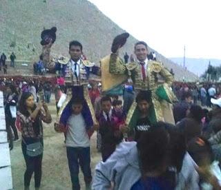Casquinha em ombros no Perú